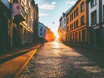 Hombre que camina solamente en la forma de vida del viaje de la calle de la puesta del sol Imagen de archivo