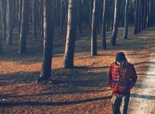 Hombre que camina solamente a través del bosque Fotos de archivo libres de regalías