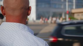 Hombre que camina a través de la muchedumbre de gente en la ciudad grande Cruzar la calle Ci?rrese encima de tiro metrajes