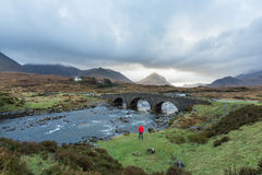 Hombre que camina a través de las montañas escocesas Fotos de archivo libres de regalías