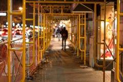 Hombre que camina a través del andamio de la construcción Fotografía de archivo