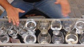 Hombre que canta con las tazas de cristal almacen de metraje de vídeo