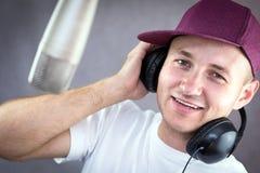 Hombre que canta en el estudio Imagen de archivo libre de regalías