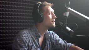 Hombre que canta en el estudio metrajes