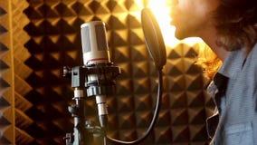 Hombre que canta en el estudio almacen de metraje de vídeo