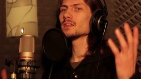 Hombre que canta en el estudio almacen de video
