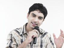 Hombre que canta una canción Fotos de archivo libres de regalías