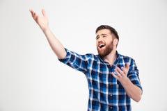 Hombre que canta y que gesticula con las manos Imagen de archivo libre de regalías