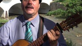 Hombre que canta y que toca la guitarra metrajes