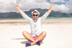 Hombre que celebra éxito en la playa Fotografía de archivo