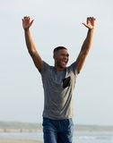 Hombre que celebra con los brazos aumentados para arriba Foto de archivo