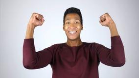 Hombre que celebra el éxito, logro, entusiasmo, ganador fotografía de archivo libre de regalías
