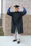 Hombre que celebra la graduación imagenes de archivo