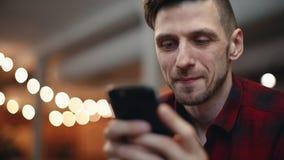 Hombre que charla en el teléfono almacen de metraje de vídeo