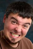 Hombre que cierra fuertemente los dientes Foto de archivo