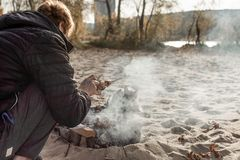 Hombre que cocina la barbacoa en la playa fotografía de archivo libre de regalías