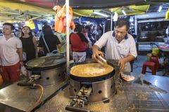 Hombre que cocina la crepe en PJ Pasar Malam Fotografía de archivo