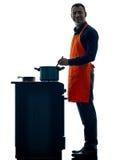 Hombre que cocina la silueta del cocinero aislada Imagen de archivo