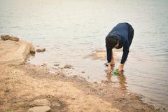 Hombre que coge vacío del plástico de la botella Foto de archivo libre de regalías