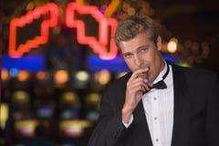 Hombre que coloca el casino interior Fotografía de archivo
