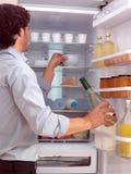 Hombre que coloca el congelador cercano l Fotos de archivo