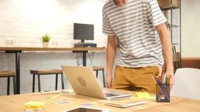 Hombre que comienza ordenador portátil de la oficina del trabajo, el venir, mecanografiar y del cierre almacen de metraje de vídeo