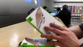 Hombre que compara el poder ultrafino de la recarga de dos Techlink para el iphone 6 almacen de video