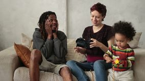 Hombre que comparte experiencia de la realidad virtual con la mujer almacen de video