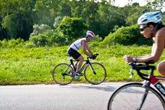 Hombre que completa un ciclo en triatlon Foto de archivo libre de regalías