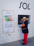 Hombre que compra a Bull Ring Ticket en España Fotos de archivo libres de regalías