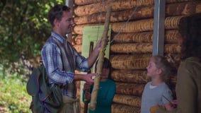 Hombre que comprueba los instrumentos de madera