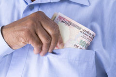 Hombre que comprueba o que cuenta las rupias indias disponibles Fotos de archivo