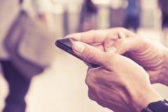 Hombre que comprueba su teléfono Imagen de archivo libre de regalías