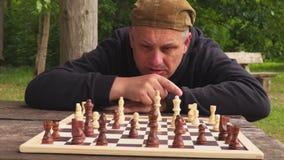 Hombre que concentra en ajedrez almacen de metraje de vídeo