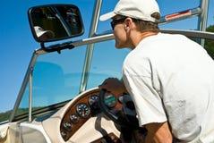 Hombre que conduce el barco del esquí Imagen de archivo