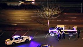Hombre que conduce el coche arrestado por la policía almacen de metraje de vídeo