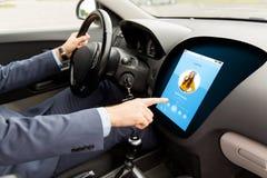 Hombre que conduce el coche con música a bordo el ordenador imagen de archivo libre de regalías