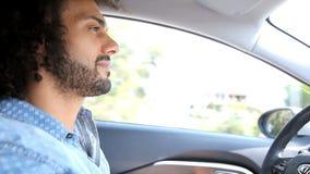 Hombre que conduce el coche feliz en el verano almacen de video