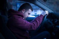 Hombre que conduce el coche y el caer dormido fotografía de archivo libre de regalías
