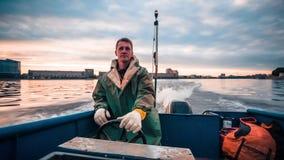 Hombre que conduce el pequeño barco de pesca almacen de metraje de vídeo
