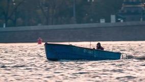 Hombre que conduce el pequeño barco de pesca metrajes
