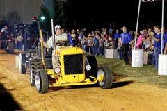 Hombre que conduce el tractor en la tracción de la competencia Imagen de archivo