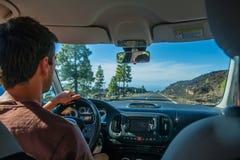 Hombre que conduce en el parque nacional de Teide Fotos de archivo libres de regalías