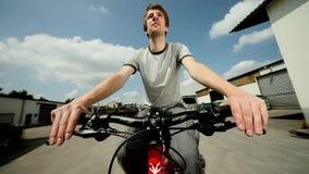 Hombre que conduce en una bicicleta almacen de video