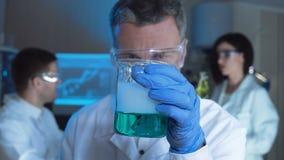 Hombre que conduce la reacción química almacen de video