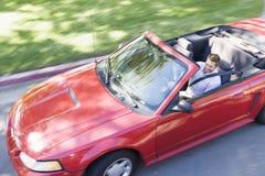 Hombre que conduce la sonrisa convertible del coche Foto de archivo libre de regalías