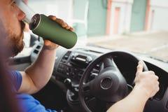 Hombre que conduce mientras que es borracho imagenes de archivo