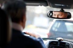 Hombre que conduce su coche Fotos de archivo