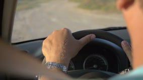Hombre que conduce un coche por la tarde del verano almacen de metraje de vídeo