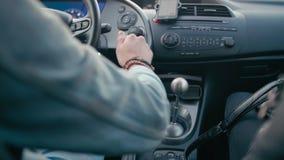 Hombre que conduce velocidad del coche y de transferencia por la palanca del cambio de marcha de la transmisión manual almacen de metraje de vídeo